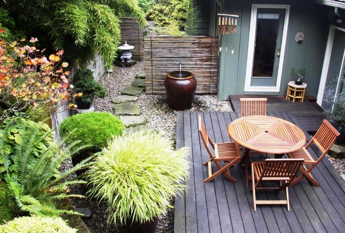Minimalist Garden With Traditional Touch
